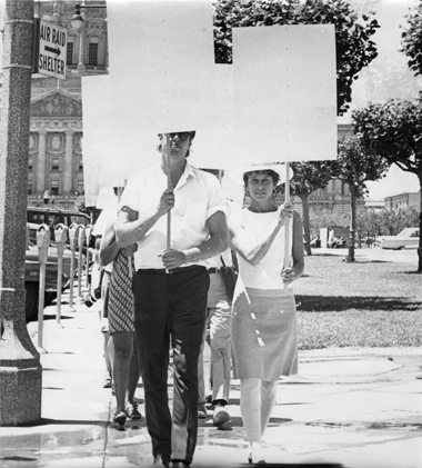 Blank Placard Dance, San Francisco, 1967. Courtesy of Anna Halprin. Photo : Lawrence Halprin.